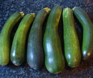 ซูกินี เป็นผักที่มีแคลอรี่ต่ำ เหมาะสำหรับผู้ที่ต้องการ ควมคุบน้ำหนัก