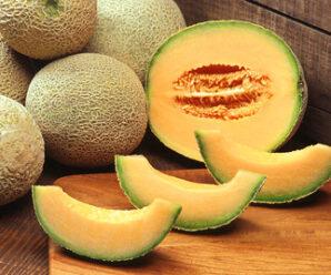แคนตาลูป เมื่อสุกเนื้อในมีสีส้ม มีกลิ่นหอม รสหวาน
