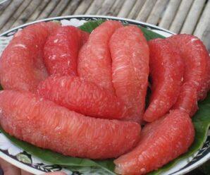 ส้มโอพันธุ์ทับทิมสยาม เนื้อสีแดงเข้ม รสชาติหวาน มีกลิ่นหอม