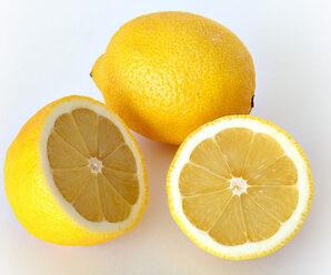 เลมอน ผลสีเหลืองสด เนื้อฉ่ำน้ำ รสชาติเปรี้ยวจัด